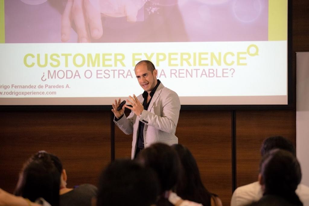 Fernández explicó que la mayoría de estrategias que implementan los  negocios fracasan porque no están pensadas en lo requiere la gente db7ef1c4c03