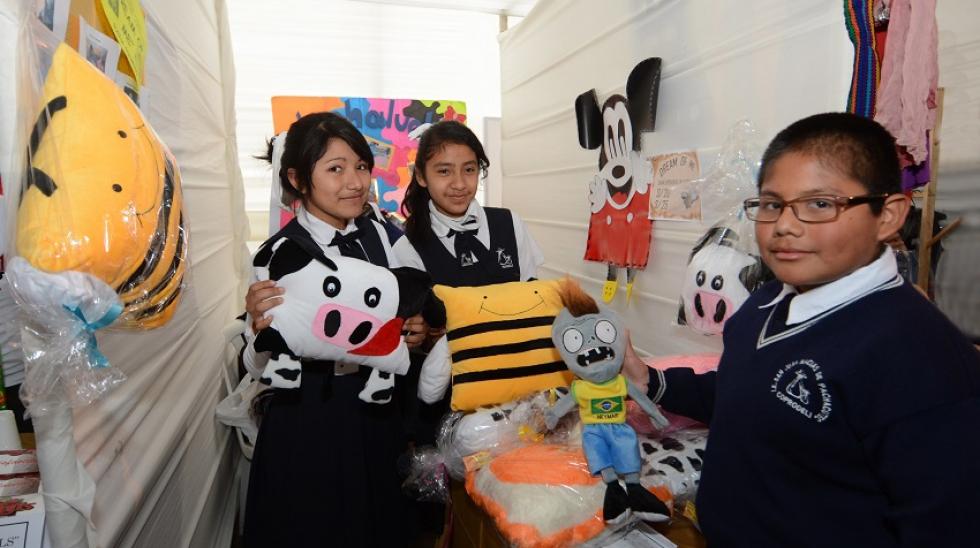 Miles visitaron feria de emprendimiento escolar  Jóvenes Empresarios – Idea  Brillante  1215a5477ba